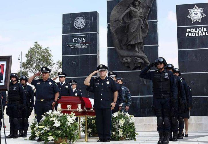Unos 200 uniformados rindieron homenaje a su compañero fallecido en el enfrentamiento en Tanhuato, Michoacán. (Facebook/Policía Federal de México)