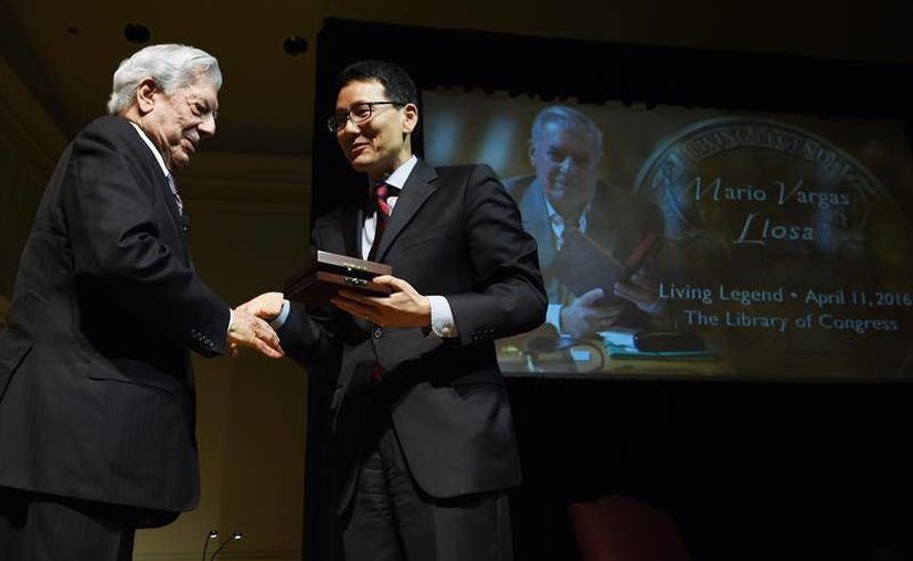 Vargas Llosa fue galardonado con el Premio 'Leyenda Viviente' por haber contribuido a una diversidad cultural en América. (EFE)