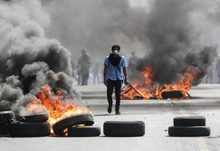 Las manifestaciones iniciadas por los estudiantes recibieron apoyo de pobladores de barrios. Foto: AP