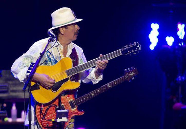 Saludo la luz que eres y que está dentro de tu corazón, escribió Carlos Santana en su libro auto biográfico, en alusión a su madre. (huffingtonpost.com)