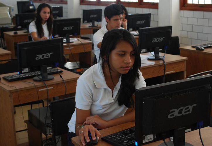 Invitan a los jóvenes de preparatoria a comprometerse con sus estudios. (Israel Leal/SIPSE)