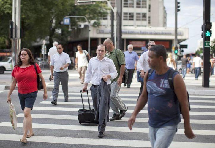El 5 de octubre se realizará la primera ronda electoral en Brasil. En la imagen, ciudadanos caminan en la avenida Paulista, en la ciudad de Sao Paulo. (Archivo/EFE)