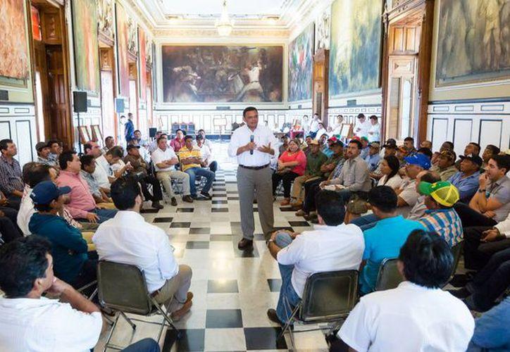 El Gobernador de Yucatán dialoga con trabajadores de 19 unidades productivas que resultarán beneficiadas con caminos sacacosechas. (Foto cortesía del Gobierno de Yucatán)