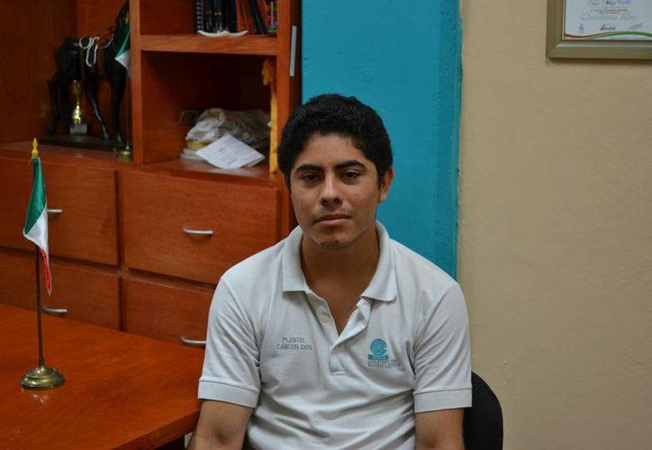 Con práctica diaria y mucha pasión, el joven cancunense ha dedicado tiempo y paciencia para perfeccionar su técnica en el juego. (Esmeralda Espinoza/SIPSE)