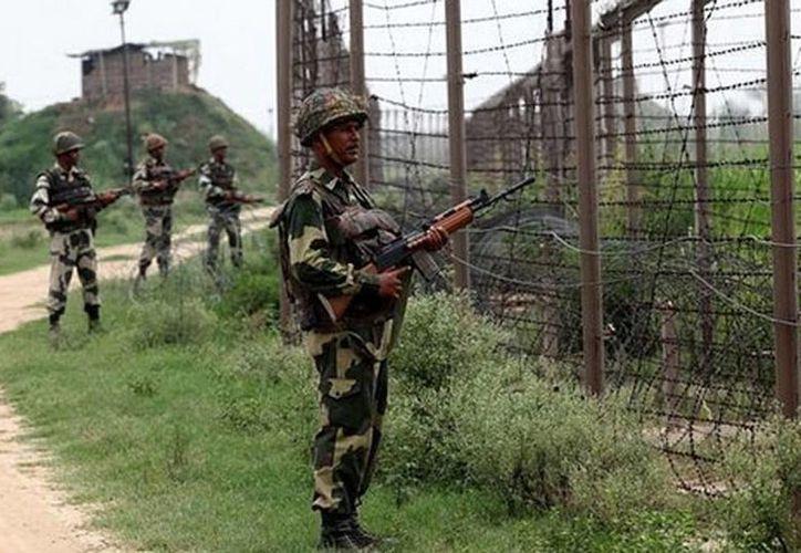 Soldados indios en Cachemira están bajo una fuerte presión debido a las condiciones climáticas y deben enfrentar los ataques de la insurgencia. (AFP)