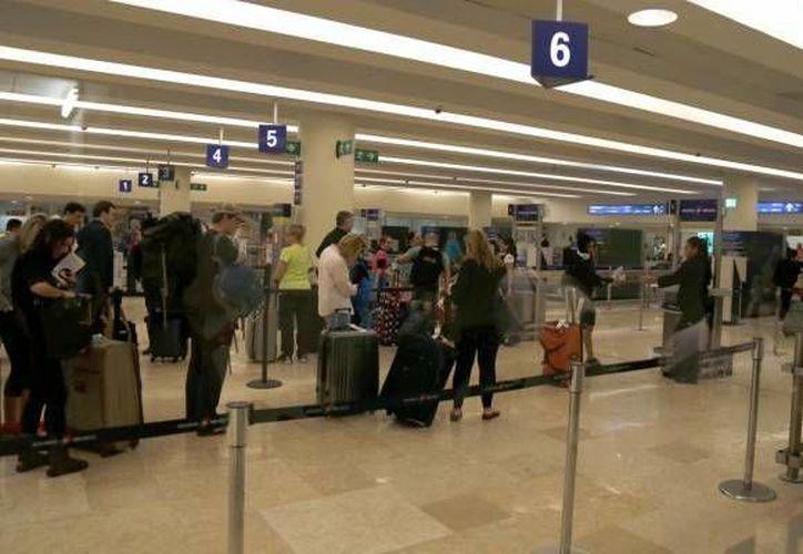 Un hombre fue detenido en el Aeropuerto Internacional de Cancún al intentar viajar con dos menores de edad guatemaltecos. (Archivo/SIPSE)