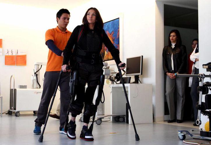El Ekso bionics o exoesqueleto es un aparato de apoyo para simplificar, aumentar o mejorar la calidad de vida de personas con impedimentos o discapacidades motrices en la marcha. (Notimex)