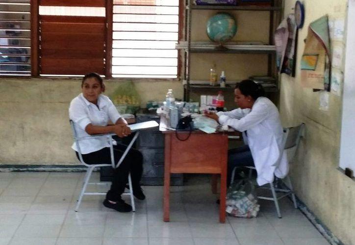 Personal de la Secretaría de Salud da consultas a los habitantes de las comunidades, sobre todo a los que estaban albergados. (Edgardo Rodríguez/SIPSE)