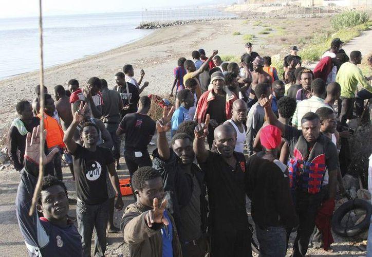 Imagen de archivo del pasado mes de septiembre en al que 91 inmigrantes entraron en Ceuta, España tras un asalto masivo a la playa de Tarajal. (EFE)