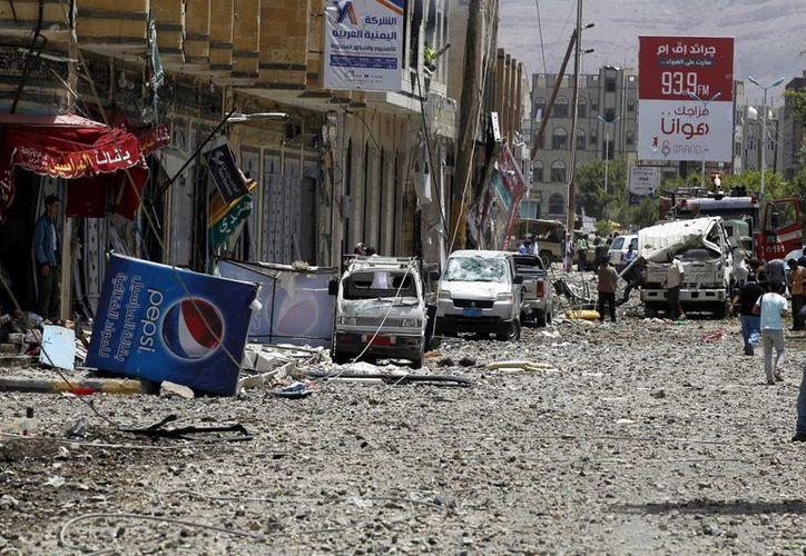 Imagen de una ciudad de Yemen después de un ataque aéreo, donde decenas de personas murieron en el lugarl. (EFE)
