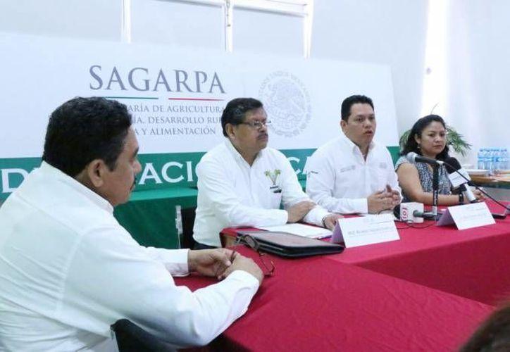 Pablo Castro (d), delegado estatal de Sagarpa, habló sobre las afectaciones en cuanto al fluir de los recursos para la dependencia. (Foto de archivo de Milenio Novedades)