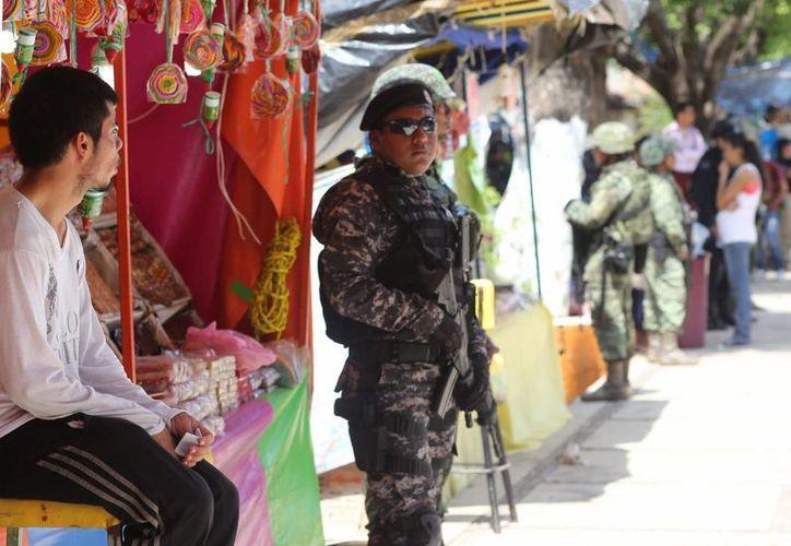 Enrique Peña Nieto presentó la iniciativa para que las 32 entidades formen su Mando Único policial y cada estado tiene su propia interpretación del esquema. Imagen de un elemento de la policía federal en uno de los municipios en donde ya se implementó el programa. (Archivo/Notimex)