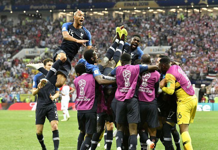 Pogbá contribuyó con un gol a la victoria más importante en los últimos 20 años para la Selección Francesa (Foto AP)