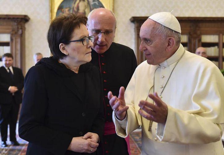 Francisco expresó su respeto y aprecio a todas personas que donan sangre, al conmemorarse este domingo la Jornada Mundial de los Donadores de Sangre. En la imagen, con la primera ministra polaca, Ewa Kopacz. (AP)