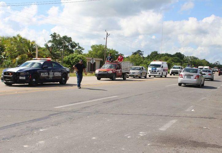 """El operativo se lleva a cabo sobre la carretera Gasauto"""" en la avenida José López Portillo en Cancún. (Redacción/SIPSE)"""