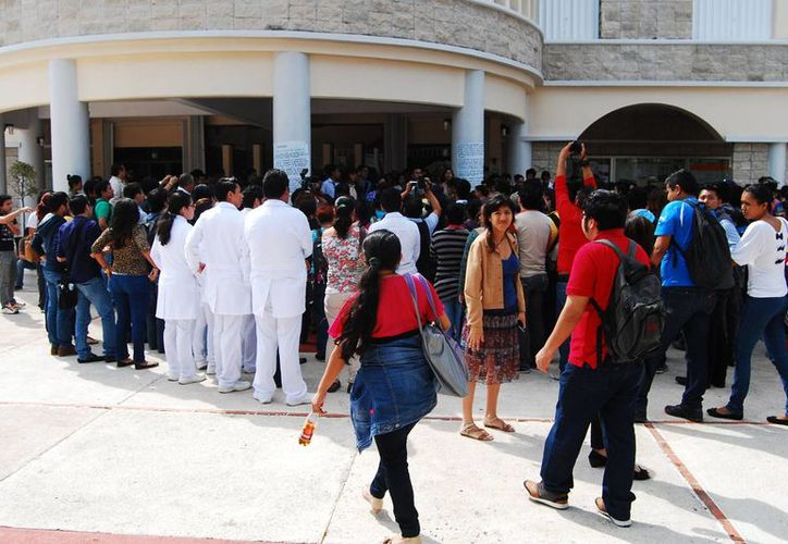 Las protestas de alumnos en la Uqroo continúan. (Harold Alcocer/SIPSE)