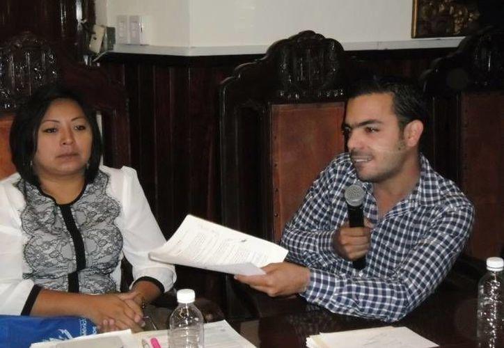 Los regidores Manuela Cocom Bolio y Elías Lixa Abimerhi en la sesión extraordinaria de Cabildo. (SIPSE)