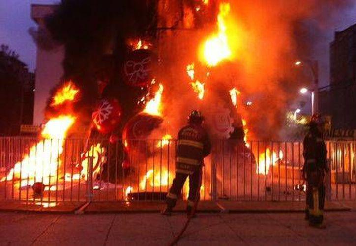 Bomberos sofocan el incendio del árbolito de Navidad de Coca Cola en el Paseo de la Reforma, en la Ciudad de México. (milenio.com)