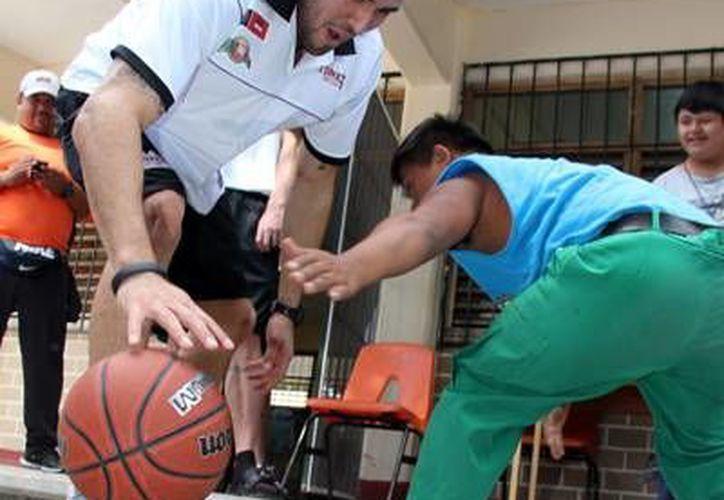 Los jugadores convivieron con los niños del Centro de Educación Especial. (Redacción/SIPSE)