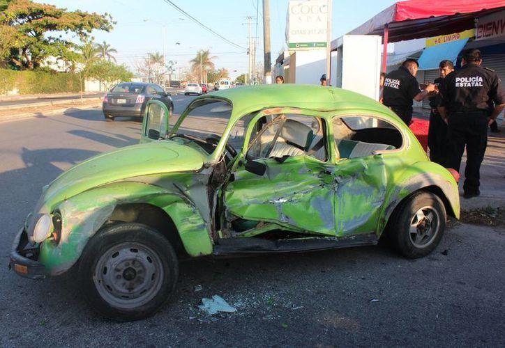 Las cuatro mujeres que iban en este Volkswagen y que salieron lesionadas en un choque automovilístico en el fraccionamiento La Florida fueron enviadas a un hospital. (Aldo Pallota/Milenio Novedades)
