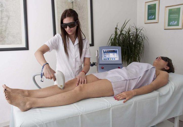La fototerapia, dependiendo del tipo, puede: regenerar la piel desgastada o áspera. (Redacción/SIPSE)