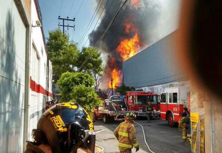 Los trabajadores de la fábrica y los almacenes de la Cervecería Modelo fueron evacuados y no se reportan heridos hasta el momento. (@elreporterodf)