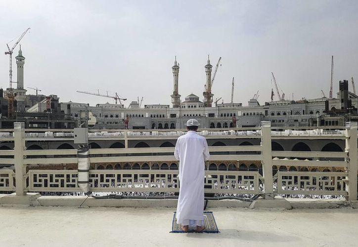Un hombre reza en la mezquita Masjid al-Haram durante la peregrinación anual a La Meca o hach, en el que se estima una confluencia de cerca de tres millones de fieles. (EFE)