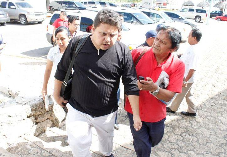 Martínez Garza fue apresado por un puñado de uniformados que lo sacaron del inmueble para trasladarlo a los separos. (Ernesto Neveu/SIPSE)