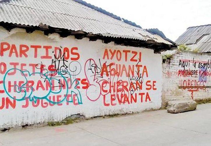 Imagen de los mensajes inscritos en las bardas públicas contra el gobierno y en apoyo al caso Ayotzinapa. (Érika Flores/Milenio)