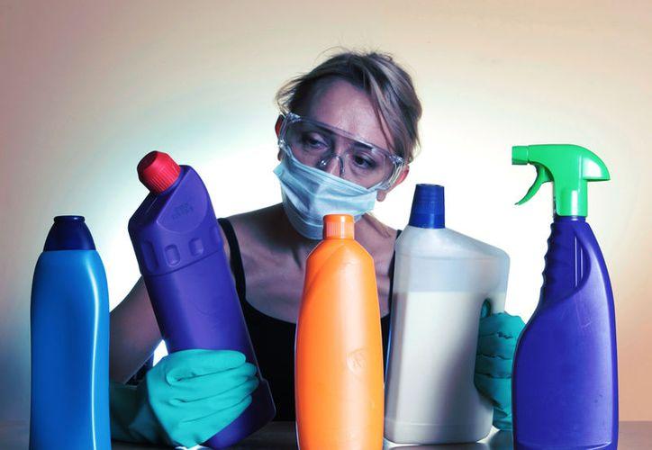 Especialistas recomiendan usar desinfectantes que tengan como base cloro u otros productos. (Foto: Contexto)