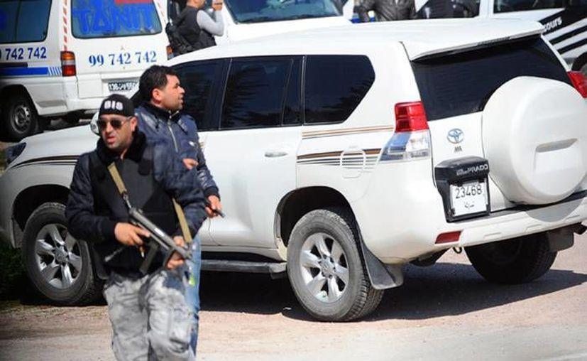 Policías de Túnez durante un ataque terrorista ocurrido en marzo pasado que dejó un saldo de 19 muertos. Este sábado, el parlamento de este país aprobó ley antiterrorista que fue condenada por Amnistía Internacional. (Archivo AP)