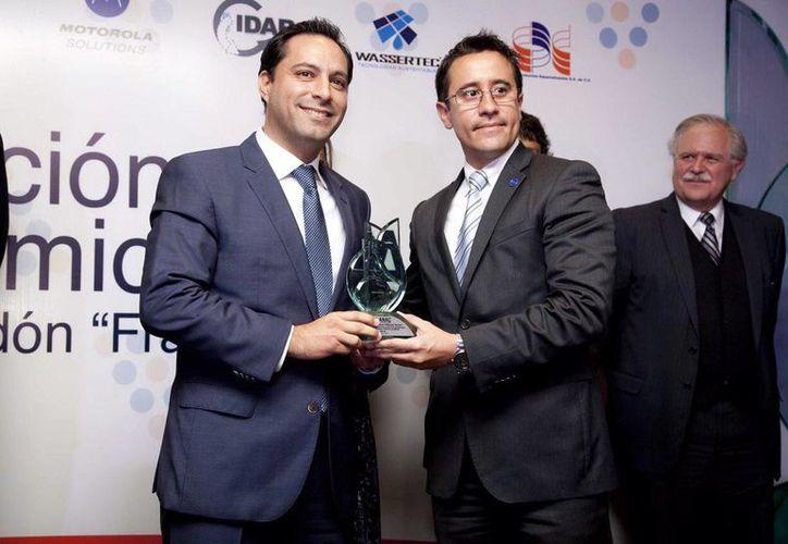 Imagen del alcalde de Mérida, Mauricio Vila, con el dirigente de la ANAC, Enrique Vargas. (Milenio Novedades)
