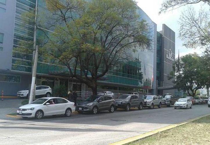 Miembros de la Fiscalía General de Jalisco llegaron hasta el hospital donde se encuentra Elvis González Valencia. (Milenio)