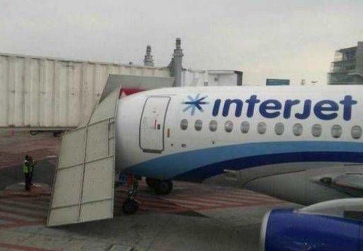 El choque de una aeronave sin pasajeros contra el pasillo telescópico en el Aeropuerto de la Ciudad de México no ocasionó heridos, solo daños. (Foto tomada de televisa.com)