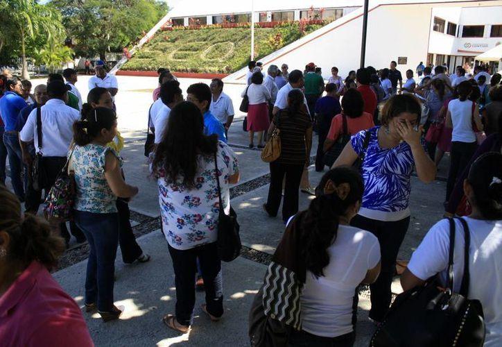 Los docentes esperaron a las afueras de la dependencia estatal, los resultados del segundo encuentro entre los representantes del movimiento magisterial y la autoridad educativa. (Harold Alcocer/SIPSE)