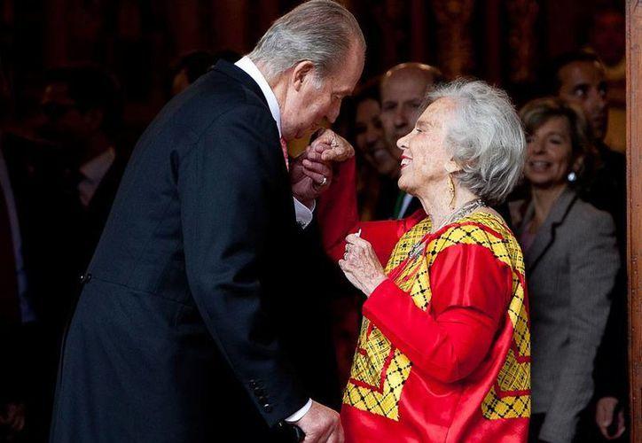 El Rey Juan Carlos recibe a la escritora Elena Poniatowska para la ceremonia del Premio Cervantes de Literatura. La escritora es la quinta figura de las letras mexicanas que recibe el galardón. (AP)