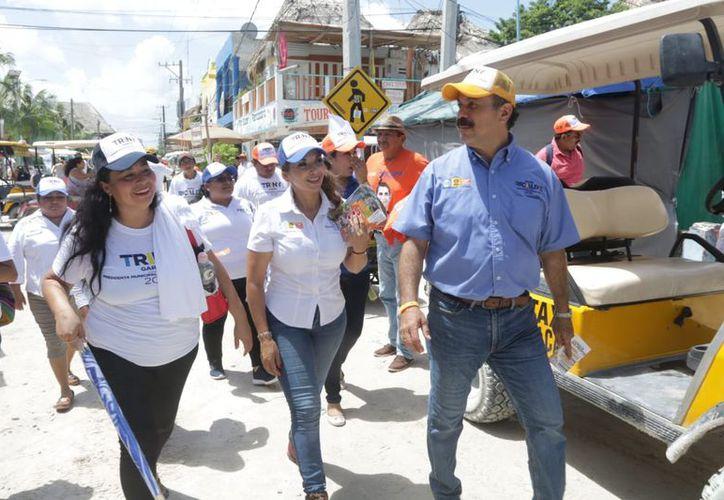 """La candidata de la coalición """"Por Quintana Roo al Frente"""" recorrió las calles de la isla. (Cortesía)"""