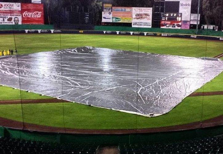 El primer partido de la temporada entre Leones y Pericos debió suspenderse dos veces por la lluvia. Al final, el duelo terminó en ocho entradas. (Milenio Novedades)