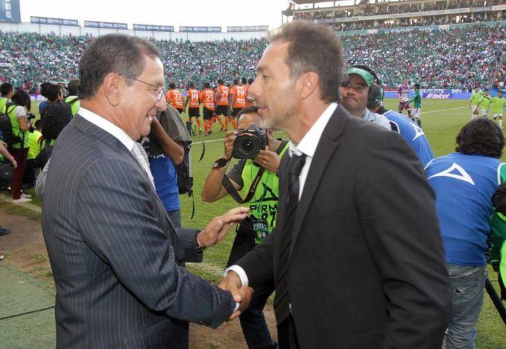 Gustavo Matosas (d) saluda a Enrique 'Ojitos' Meza, previo al partido entre el León y el Cruz Azul dentro del futbol mexicano, donde han tenido un mal inicio de liga. (Notimex/Foto de archivo)
