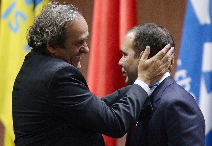 El francés Michel Platini (i) y el príncipe jordano Ali Bin Al Hussein son dos de los candidatos más fuertes a suceder a Josep Blatter como máximo dirigente de la FIFA, que hoy es investigada a fondo por corrupción. (Foto: AP)