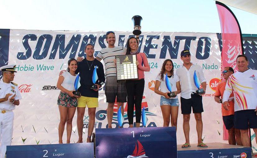 Pablo Rábago Dorbecker y Cristina Ehrensberer (c) con sus trofeos. (Fotos: Novedades Yucatán)