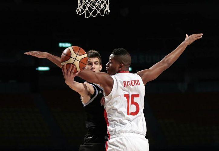 Nicolás Brussino (de frente), quien jugará con Mavericks, es el décimo argentino en la historia de la NBA. (EFE)