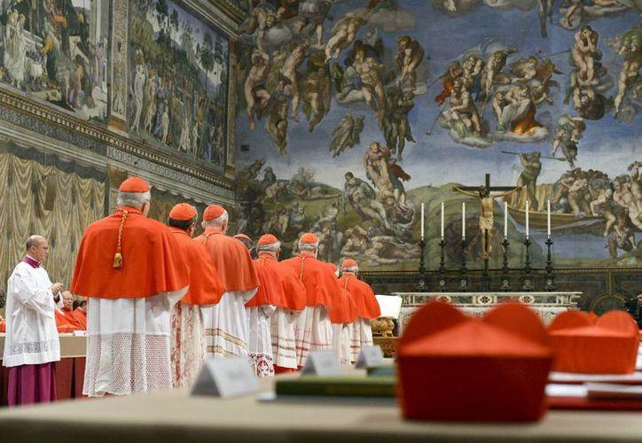 Los cardenales entraron a la Capilla Sixtina en solemne procesión. (Agencias)
