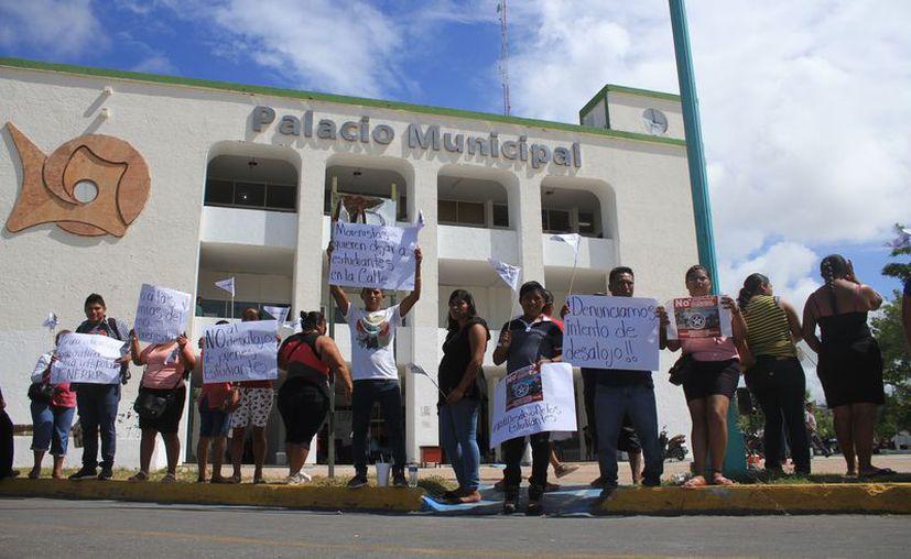 Un grupo de estudiantes arribó frente al Palacio Municipal para protestar en rechazo a la intención del presidente Otoniel Segovia de desalojarlos del Albergue Estudiantil. (Daniel Tejada/SIPSE)