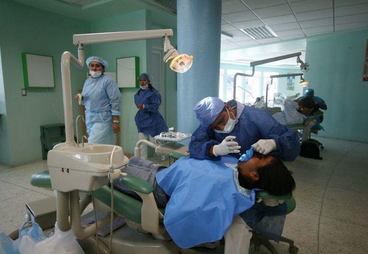 Sustituyen piezas dentales con titanio. (Milenio Novedades)
