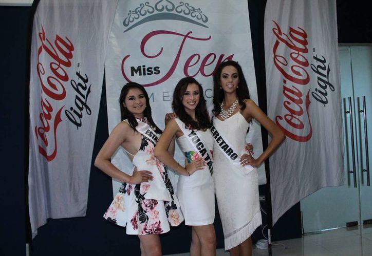 La yucateca Emma Puerto es flanqueada por Nicté Ha Mejía (Estado de México) y Lorena González (Querétaro) que forman parte del concurso Miss Teen 2015 que se celebrará en Mérida. (Jorge Acosta/SIPSE)