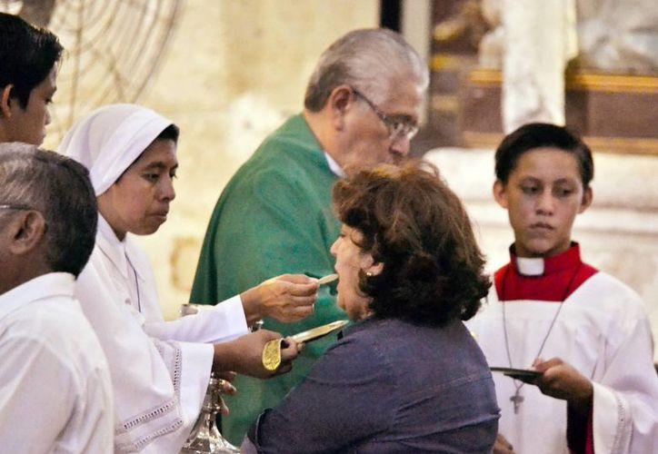 En Yucatán existen más de 100 asociaciones religiosas registradas. La Imagen de un sacerdote y una religiosa católicos, en una misa, está utilizada sólo como contexto. (Milenio Novedades)