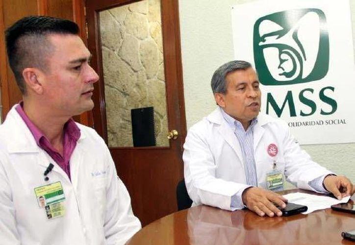 El doctor Carlos González Cervantes, jefe de Oftalmología del Hospital Benito Juárez del IMSS, dijo que la conjuntivitis alérgica es la más común en Yucatán y no es contagiosa. (SIPSE)