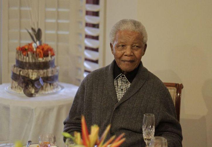 Mandela durante el festejo con su familia por su cumpleaños, el pasado 18 de julio en Qunu, Sudáfrica. (Agencias)