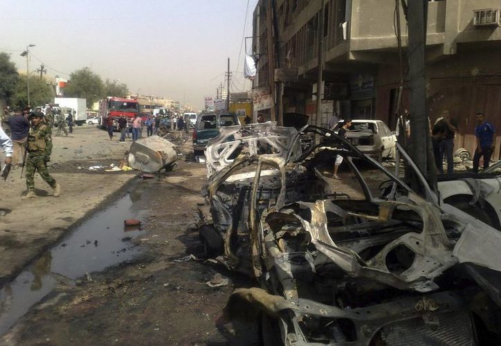 Varios coches dañados por la explosión de una bomba en el barrio de Al Karrada, en el centro de Bagdad, Irak el pasado 30 de mayo. (Archivo/EFE)